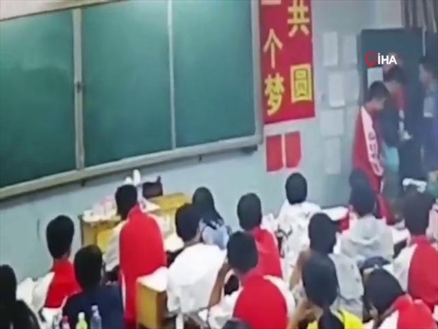 Çin'de sinirli öğretmen öğrencileri dövdü