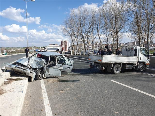 Ters yönde ilerleyen otomobil kamyonetle çarpıştı: 1 ölü, 1 yaralı