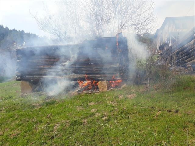 Çalıları yakmak isteyen yaşlı kadın yangın çıkardı