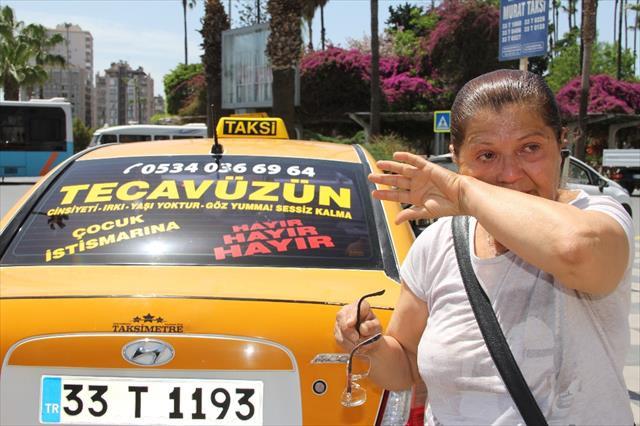 Taksisinin camındaki yazı görenleri ağlattı