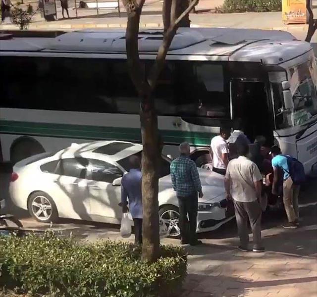Halk otobüsünden zorla indirilen yaşlı adam yere düştü
