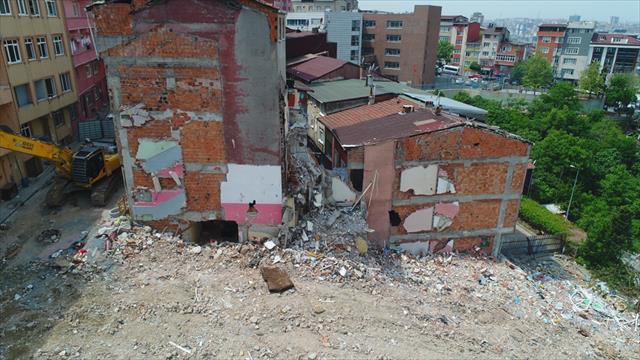 Yıkılan binaların enkaz alanı havadan görüntülendi