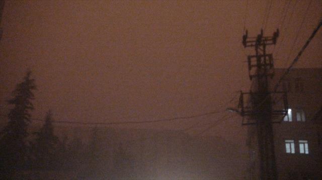 Mardin ve Diyarbakır'da gökyüzü toz bulutlarıyla kaplandı