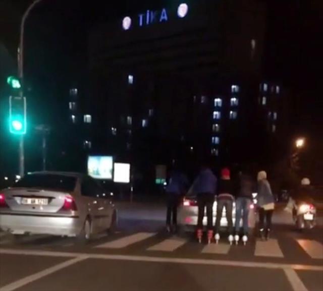 Otomobil arkasında tehlikeli yolculuk