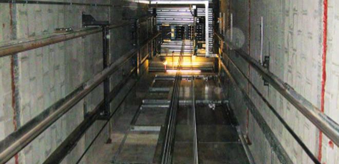 Asansör boşluğunda iki ceset bulundu...