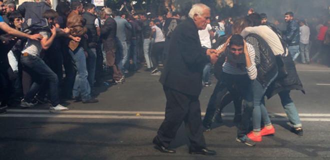 Ermenistan'da binlerce kişi Sarkisyan'a karşı sokakta!