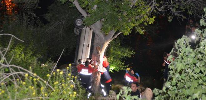 Yoldan çıkan otomobil ağaçta asılı kaldı