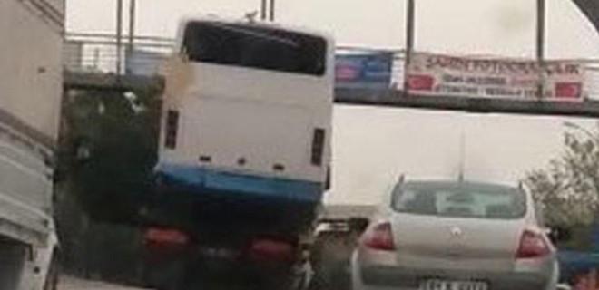 Midibüs taşıyan kamyon tehlike saçtı