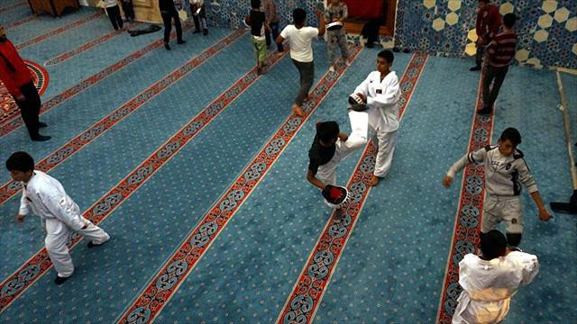 Çocuklara sporu tarihi camide sevdiriyor
