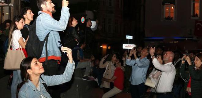 Vatandaşlar Galata Kulesi'ndeki görsel şöleni görünce telefona sarıldı