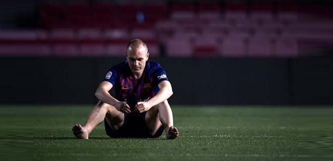 Stadın ortasında tek başına oturdu...