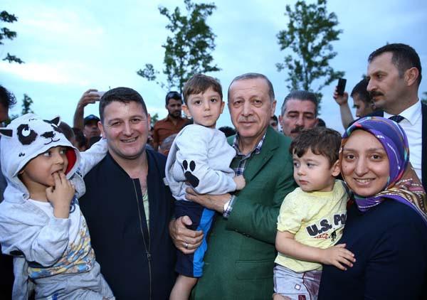 Erdoğan çocuklara oyuncak dağıttı