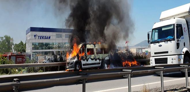 Dikkat! TEM Otoyolu'nda minibüs trafiği felç etti!