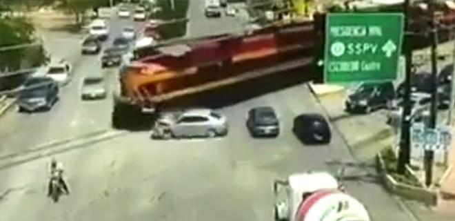 Tren raylara giren otomobile böyle çarptı!