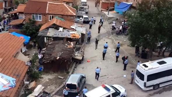 Ayırmak için gelen polislere de saldırdılar