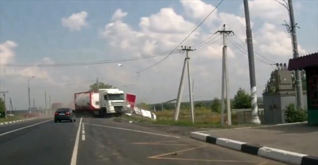 Kontrolden çıkan kamyon dehşet saçtı