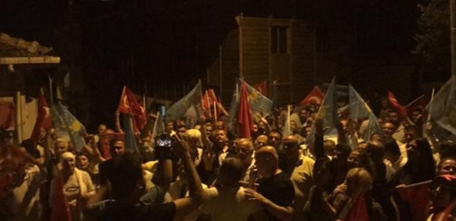 Akşener'in evinin önünde toplandılar