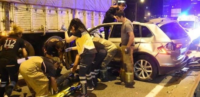 İzmir'de art arda yaşanan trafik kazası 1 can aldı, 4 yaralı