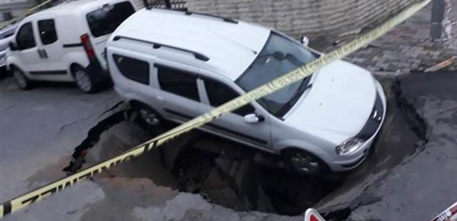 İstanbul'da yol çöktü! Otomobil 2 metrelik çukura düştü...