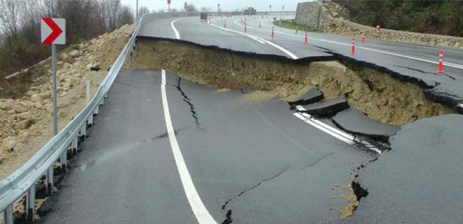 Sakarya'da sağanak yağıştan yol çöktü