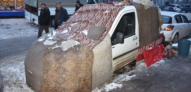 Kars'ta araçlarını soğuktan böyle korudular...