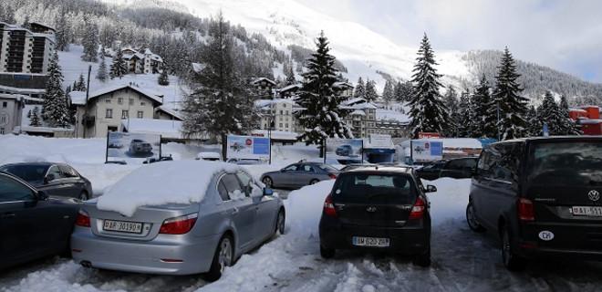Çok sayıda kişi kar altında kaldı