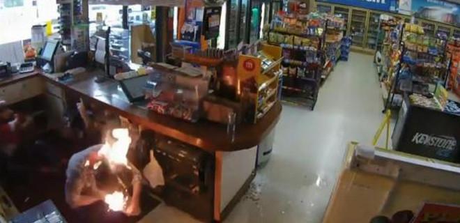 Soyduğu marketin müşterisini ateşe verdi