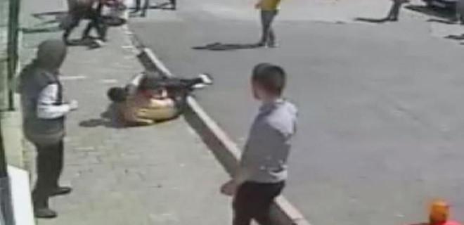 İki öğrenciyi okulları önünde dövdüler!