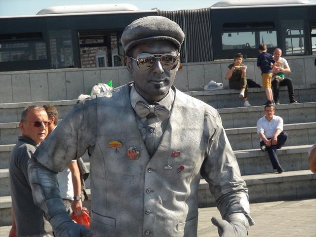 Vatandaşların 'canlı heykel sanatçısıyla' imtihanı