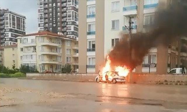 Arızalanan araç alev alev yandı!