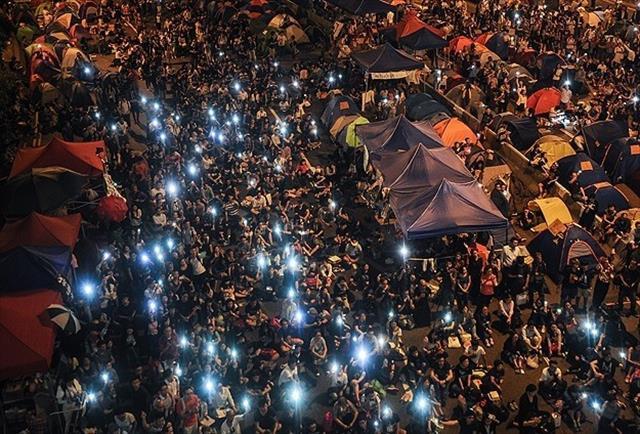 Hong Kong'da göstericiler yeniden meydanda