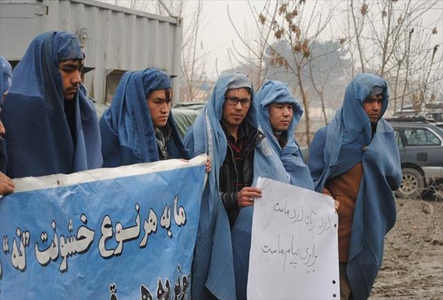 Afganistan'da erkeklerden burkalı protesto