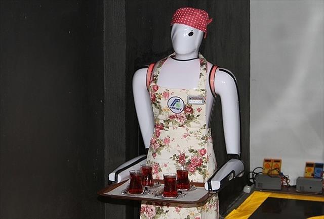 Bu kafede robot garsonlar servis yapıyor
