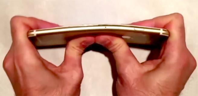 iPhone 6 Plus'ı eliyle kırdı!