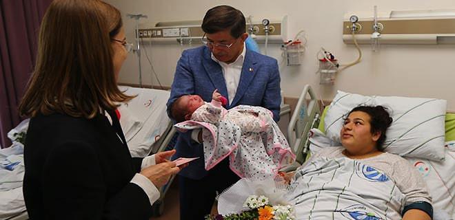 Davutuoğlu bebeğin kulağına ezan okudu