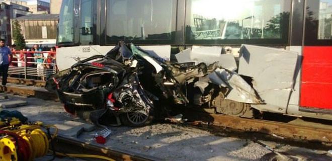İstanbul'da korkunç kaza! Otomobili ikiye böldü!