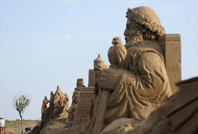 Mitolojik kahramanlar kumdan heykele dönüştü