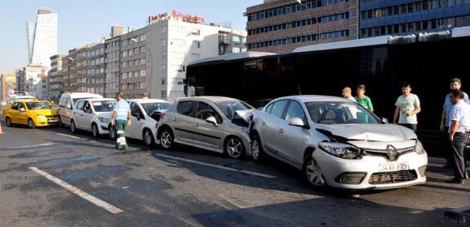 Mecidiyeköy'ü kilitleyen kaza anı kamerada