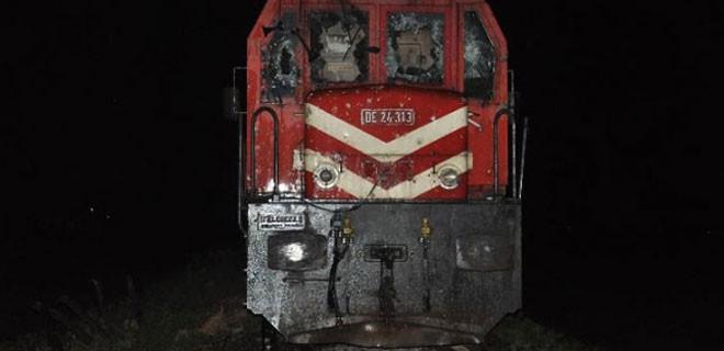 Tren otomobile çarptı: 4 ölü,