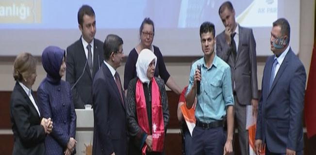 Davutoğlu'nun katıldığı programda Kürt gençten çıkış