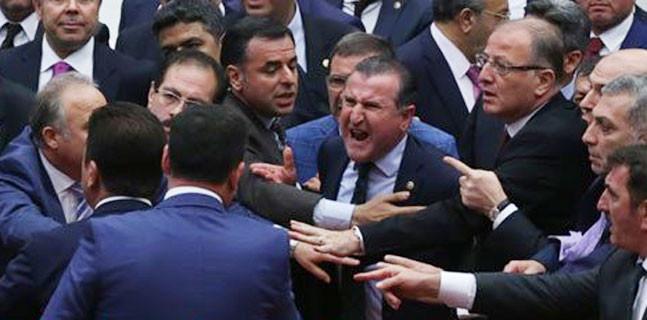 CHP ve HDP'li vekiller Genel Kurulu terketti