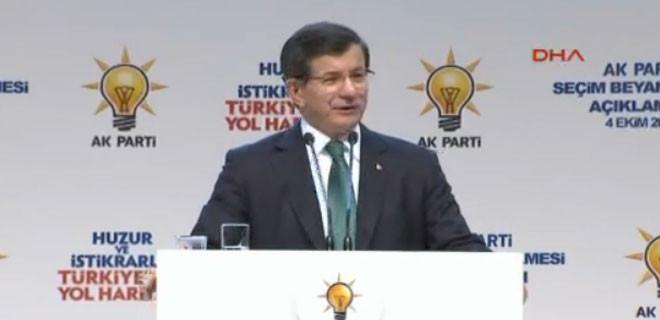 AK Parti lideri seçim beyannamesini okuyor