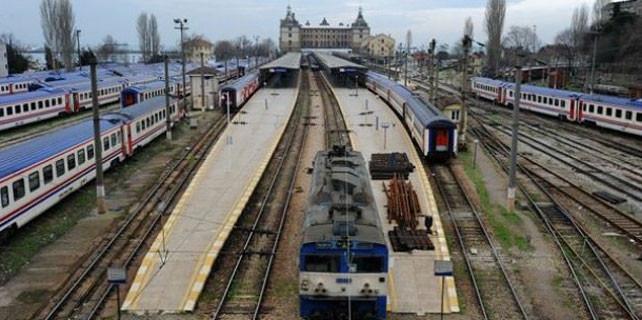 Haydarpaşa Garı trenlerini bekliyor