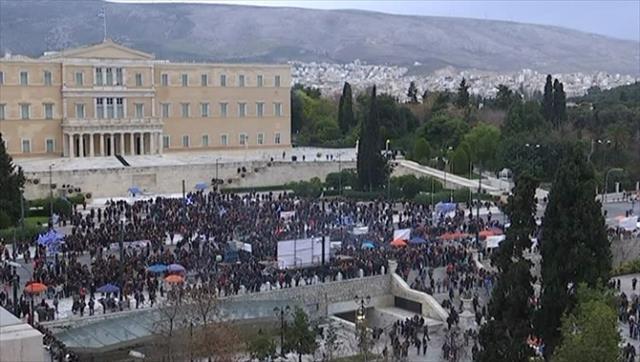 Göstericiler ünlü meydanda toplanmaya başladı