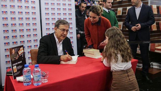 Yazar Orhan Pamuk son kitabını imzaladı