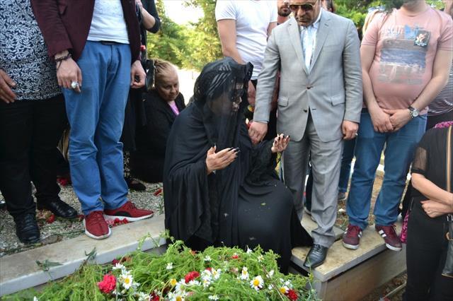 Bülent Ersoy, Aydoğan'ın mezarı başından ayrılmak istemedi