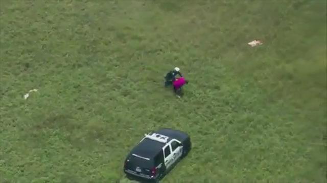 Helikopterle kovaladı, elleriyle yakaladı