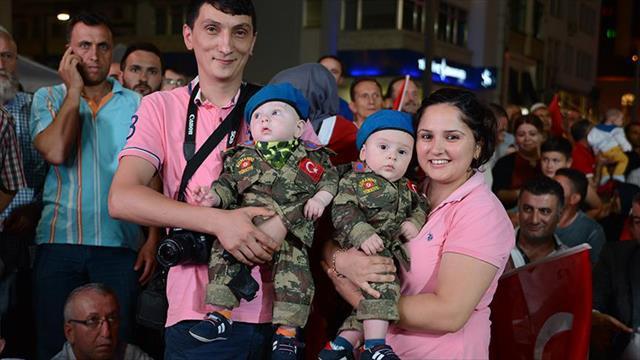 Askeri üniformalı ikiz bebekler 'demokrasi nöbeti'nde