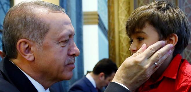 Erdoğan hutbe dinlerken yanına geldi ve...