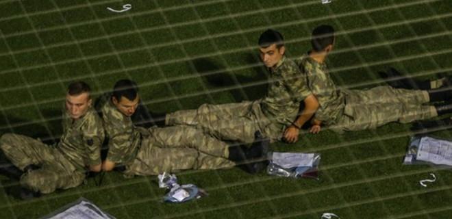 Askerleri halı sahada sırt sırta bağladılar